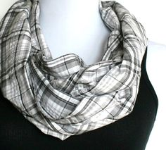 i want one. Such a cute circle scarf. The perfect way to dress up my staple: Jeans and a black t-shirt.