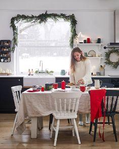 Vianočná kuchyňa s girlandou na okne a tradičnou č... | DOMA.SK Days Till Christmas, Christmas Morning, Light Decorations, Table Decorations, Green Colour Palette, Comfort And Joy, Christmas Candles, Fairy Lights, Pillar Candles