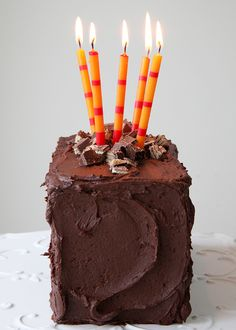 Candy Bar Cake Chocolate Fudge Frosting, Chocolate Recipes, Chocolate Cake, Just Desserts, Delicious Desserts, Cake Blog, Fashion Cakes, How Sweet Eats, Pretty Cakes