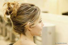 """Aprenda a fazer o """"coque podrinho"""", penteado que valoriza cabelos com luzes e mechas"""