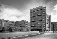 """La esquina de Adolfo Prieto y Félix Cuevas, en la colonia Del Valle, alrededor de 1950. Destacan los edificios del Multifamiliar Miguel Alemán, entonces recién construido, y del lado izquierdo, un terreno baldío donde actualmente se encuentra un conjunto de departamentos.  Imagen de Guillermo Zamora en """"Mario Pani"""""""