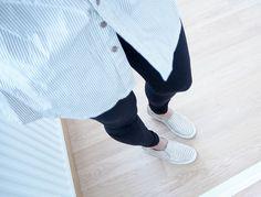 outfit, asu, fashion, muoti, beige tones, nude tones,shoes, tennarit, sneakers, slip on tennarit, slip on sneakers, beide shoes, nude shoes, autumn outfit, syksy asu, fall, vaatteet, clothes, neutraali väri, neutral colors, neutral shades, black, light beige, pitkä paita, tunika, paita mekko, vaalean beige raidallinen,pale beige striped, tunic, mustat legginssit, black leggins, hm, hennes and mauritz, vero moda,