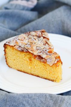 A delicious and moist flourless orange and almond cake made with whole oranges and almond meal! A simple gluten-free dessert! Almond Flour Cakes, Almond Flour Recipes, Almond Meal, Coconut Flour, Easy Gluten Free Desserts, Gluten Free Cakes, Easy Cake Recipes, Free Recipes, Whole Orange Cake