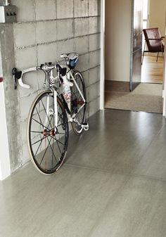 <p>コンクリートっぽい質感の床はフレキシブルボード。土間床なら自転車を置いても様になります。</p>