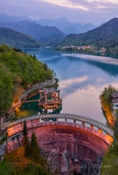 Prime luci del crepuscolo al Lago di Barcis