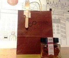 "9€ FRASCO DE ""GARNACHICOS"" MAZAPAN DE VINO DE GARNACHA CENTENARIA  Un dulce detalle para postre o para cuando sea... #regalospersonalizados #regalosoriginales #comida"