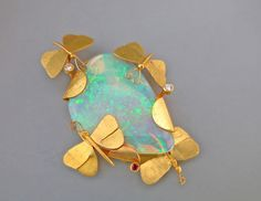 Brooch 'Summer Moths' by Michael BARNARD - 18 kt yellow gold and mintibie opal crystal (hva)