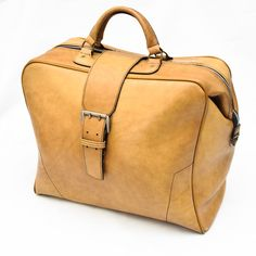 Das Reisegepäck in den 70ern musste mindestens so groß sein, dass alle Visionen bequem darin verstaut werden konnten. Große vintage Reisetasche aus hellbraunem Kunstleder in super Zustand....