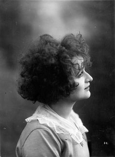 French music-hall actress Gaby Deslys, 1900s // Anonyme