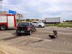 ACIDENTE NA ESTRADA - JORNAL O RESUMO: Mulher atravessa canteiro, derruba poste e bate em...