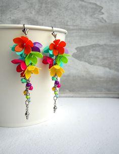 Vodopády barev... Veselé náušnice ozdobené drobnými barevnými kvítky z plastických hmot, zavěšené na ocelovém řetízku do trsu, doplněné porcelánovými africkými korálky.
