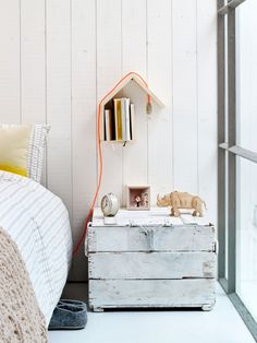 Boekenplank vermomd als wandhuisje | 101 Woonideeën september 2014 #vtwonen #magazine #interior #inspiration #DIY #bookshelf #wall #house #bedroom #lamp