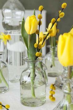 Pynt et blomstrende påskebord   Inspirasjon fra Mester Grønn 8th Of March, Amazing Flowers, Spring Time, Greenery, Flower Arrangements, Glass Vase, Sweet Home, Yellow, Wallpaper