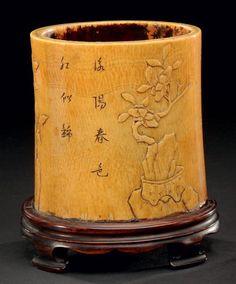 Pot à pinceaux en ivoire à décor de fleurs de prunus et idéogrammes chinois XVIIIème siècle H: 15 cm