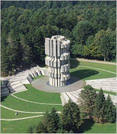 Монумент в память о битве при Козаре – #Босния_и_Герцеговина #Республика_Сербская (#BA_SRP) Властям, может, и нет дела до Козарского мемориального комплекса, но народ помнит...  #достопримечательности #путешествия #туризм http://ru.esosedi.org/BA/SRP/1000055703/monument_v_pamyat_o_bitve_pri_kozare/