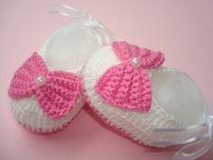 sapatilha feita a mao de croche.  materia; linha100% algodao.  cor;branca e rosa chiclete.  tamanho;sola 8 cm para bebe de 0 a 2 meses.