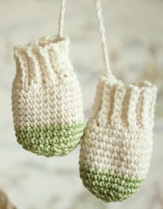 Color blocked mittens for baby. An adorable AND easy crochet pattern.