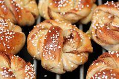 Kan jeg få friste med deilig gjærbakst på tampen av påskeferien? Prøv disse nydelige kanelsnurrene – slik gjør du det: Pretzel Bites, Doughnut, Baked Goods, Nom Nom, Recipies, Food And Drink, Bread, Baking, Sweet