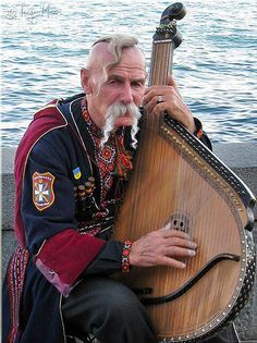 Traditional Ukrainian stringed musical instrument played by plucking mixed-instruments We Are The World, People Around The World, Wonders Of The World, Ukraine, Pub Radio, Cossack Hat, World Music, Tatoo, Harp