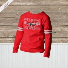 Donkerrode longsleeve T-shirt van Weekend a la mer met lange mouw en ronde hals. Vooraan een print van Weekend a la mer met een geborduurde applicatie van de Weekend a la mer vis. Op beide armen twee witte bandjes die de T-shirt een stijlvolle maar sportieve look geven.