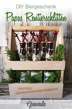 Papas Männerhandtasche wird zum Rentierschlitten! Mit diesem coolen Bier-Geschenk zu Weihnachten überrascht Ihr Euren Vater ganz bestimmt. Mit etwas Pfeifenreiniger, ein paar Wackelaugen und Filzkugeln und etwas Heißkleber ist dieses Geschenk super schnell gebastelt! Einfach Papas Lieblingsbier in unseren Flaschenträger stellen und nach belieben dekorieren. Ein tolles DIY Weihnachtsgeschenk für Eltern, als originelle Geschenkidee für Männer!
