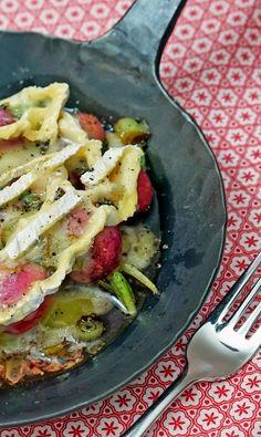 Gebratene Radieschen mit Frühlingszwiebeln, Balsamico, Olivenöl und Camembert überbacken