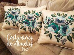 ESTE TRIO DE ALMOHADONES QUE HICE PARA CARLA CON DISEÑO NUEVO ME DEJÓ ENAMORADA😍😍😍 LA COMBINACIÓN PERFECTA DE COLORES ELEGIDOS POR ELLA SE… Cushion Embroidery, Embroidery Neck Designs, Floral Embroidery Patterns, Embroidery Stitches Tutorial, Embroidered Cushions, Diy Embroidery, Diy Pillows, Cushions On Sofa, Quilted Potholders