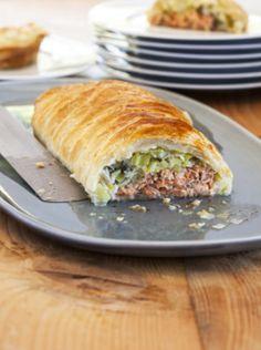 - 4 blancs de poireaux - 2 pavés de saumon - 1 pâte feuilletée - Un filet d'huile d'olive - 2 c. à soupe de crème fraîche - 40 g de gruyère râpé - 1 jaune d'oeuf pour la dorure - Sel, poivre