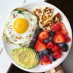A berry delicious brunch plate If you have trouble with Food Cravings and Losi. Healthy Meal Prep, Healthy Breakfast Recipes, Healthy Snacks, Healthy Eating, Healthy Recipes, Meal Recipes, Breakfast Ideas, Healthy Food Plate, Breakfast Pictures