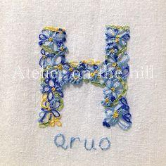大切なあの人のお名前を花束に・・・がコンセプトの「フラワーイニシャル」アルファベットでつづるお名前の頭文字を花束に仕上げたお名前アート。お誕生日や記念日のギフトとして。★★★ 作品仕様 ★★★額縁:木製サイズ:19cm×14cm(額縁外寸)布素材:綿刺繍(綿糸)★ご注文(ご入金)いただいてから作品完成までに4週間程かかります。(発送は作品完成日の翌日となります。着日のご指定はできません。)★★★ ご注文の際、下記項目を備考欄にご記入ください。★★★①お名前 → 姓or名のどちらかとなります。刺繍をご希望するアルファベット表記でご記入ください。②お名前の色 → お名前のベースとなる色をご記入ください。色の記入がない場合、サンプルと同色で制作いたします。(対応色:赤、青、ピンク、水色、オレンジ、黄色、緑、紫)③画像公開の承諾 → お届けした作品画像を当方ホームページ、その他関連サイト等に掲載する場合がございます。ご購入者さま個人が特定できる情報の掲載はいたしませんが、画像掲載にご承諾いただけない場合はお手数ですが、ご注文の際に備考欄にその旨ご...