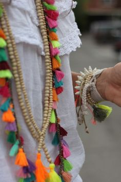 beads and tassels or pompoms, earthly color would be great Ethno Style, Bohemian Style, Boho Chic, Ibiza Style, Estilo Hippie, Hippie Chic, Jewelry Accessories, Fashion Accessories, Neon Dresses