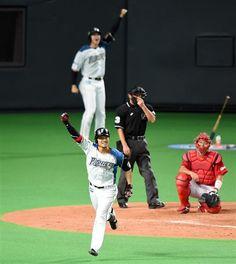 日本シリーズ日本ハム対広島第5戦 9回、日本ハム・西川遙輝が右越えサヨナラ満塁本塁打を放つ=27日、札幌ドーム(撮影・荒木孝雄)