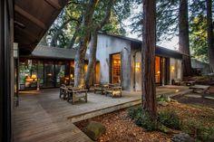 aménagement terrasse en bois spacieuse qui serve pour transition entre les pièces de la maison