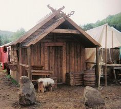 She says it takes two people three hours to set it up at fests, etc.: How bad ass is a house I can move with me, Viking style Viking Tent, Viking Camp, Viking House, Viking Life, Viking Village, Medieval Houses, Medieval Times, Long House, Old Norse