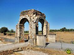 Las turísticas ruinas de la Ciudad romana de Cáparra se encuentran entre los términos de Oliva de Plasencia y Guijo de Granadilla, al norte de la provincia de Cáceres