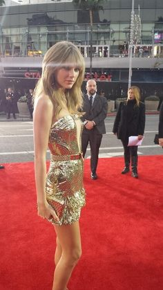 Taylor Swift in Julien MacDonald at the 2013 American Music Awards #RedCarpet