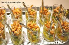 Glaasje met garnalen, mango, appel, courgette Tapas, Healthy And Unhealthy Food, Eat Better, Brunch, Good Food, Yummy Food, Xmas Food, Snacks Für Party, Happy Foods