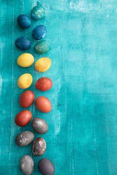 Kananmunan värjääminen onnistuu helposti ilman elintarvikevärejä. Luonnonväreillä värjäät kananmunat pääsiäisen kauneimmiksi koristeiksi. Easter Recipes