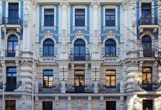 Riga è una città dalle mille sorprese. Capitale Europea della Cultura nel 2014, con il quartiere più Hipster del Mondo (Miera Iela) e un cartellone di eventi da far impallidire le più grandi città del Vecchio Continente: merita una visita al più presto. Il suo centro storico è tra quelli dichiarati Patrimonio dell'Umanità dall'UNESCO, e vi figurano oltre 800 edifici in stile Art Nouveau.
