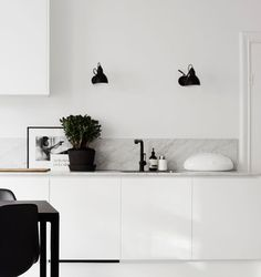 Most current Screen white kitchen marble Thoughts Finding a beautiful all-white your kitchen style could look simple, but it is not. Minimal Kitchen, New Kitchen, Kitchen White, Kitchen Ideas, Kitchen Decor, Kitchen Furniture, Minimalist Kitchen Backsplash, Minimalistic Kitchen, Kitchen Modern