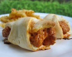 Buffalo Chicken Crescents - quick recipe for a weeknight meal or quick lunch. Also great at parties! Frozen chicken tenders, buffalo sauce, cheddar cheese, Ranch dressing baked in refrigerated crescent rolls. Serve with fries for a quick dinner! Think Food, I Love Food, Food For Thought, Good Food, Yummy Food, Tasty, Delicious Blog, Pollo Buffalo, Buffalo Chicken