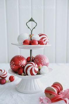 スイーツ用のトレイにクリスマスカラーのオーナメントを飾って。なんとなくツリーっぽく見えませんか?