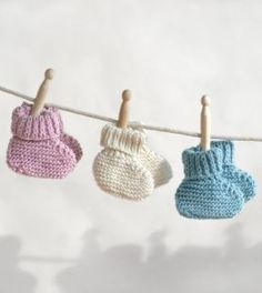 Are all other free knitting patterns for baby booties too gaudy for you? If you're looking for something that's basic and adorable at the same time, you'll want to knit these Simply Sweet Baby Booties. Beginners Knitting Kit, Knitting Kits, Knitting For Kids, Easy Knitting, Loom Knitting, Baby Knitting Patterns, Baby Patterns, Knitting Projects, Crochet Patterns
