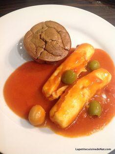Le gâteau de foies de volaille, avec ses quenelles à la tomate ( http://www.lapetitecuisinedenat.com/2015/02/quenelles-a-la-tomate.html ), un grand classique de la cuisine lyonnaise. C'est généralement comme ça qu'on le sert, en tout cas ma grand mère...