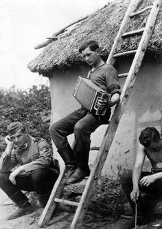 On the back of the image reads: After the battle of Kharkiv. The battle was fought and the German soldier can relax in the short leisure time. Image from the Eastern Front/Ukraine, on 5 June 1942.