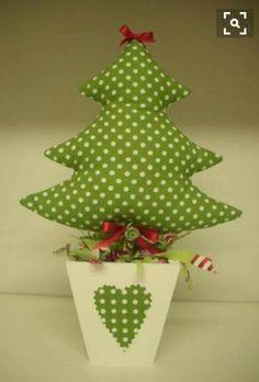 hermoso pino de navidad en maceta para decorar espacios pequeños.