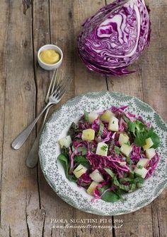 Un piatto veloce e leggero, ricco di verdura fresca di stagione, vitamine e sali minerali: l'insalata di patate e cavolo rosso con vinaigrette alla senape.
