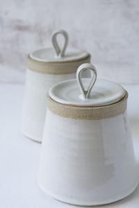 Hottest Photos pottery handmade simple Suggestions This beautiful hand thrown pottery white kitchen canister is made of a speckled clay. The body and Ceramic Pottery, Ceramic Art, Slab Pottery, Pottery Vase, Ceramic Mugs, Pottery Wheel, Ceramic Decor, Keramik Design, Handmade Pottery