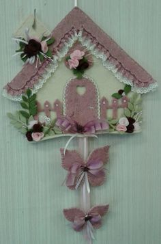 Ancora casetta rosa... di Luisa Valent Foam Crafts, Diy And Crafts, Crafts For Kids, Arts And Crafts, Felt Ornaments, Christmas Ornaments, Sewing To Sell, Felt Wreath, Felt Books