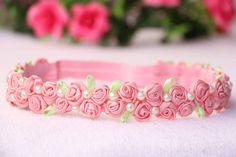 Best 12 The Enchanted Garden Headband is a pretty floral headband design perfect for your flower girls and bridesmaids. Diy Baby Headbands, Diy Hair Bows, Diy Headband, Felt Flowers, Fabric Flowers, Ribbon Work, Diy Hair Accessories, Ribbon Crafts, Girls Bows